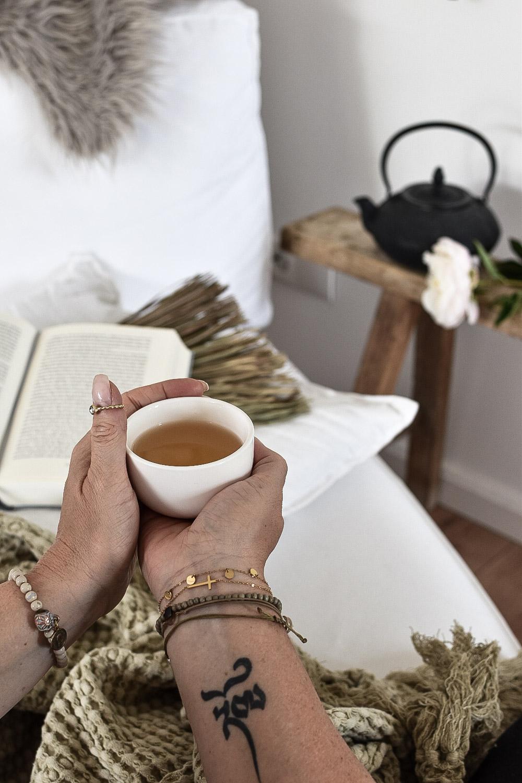 Achtsamkeit im Alltag mit Tee und Lesen