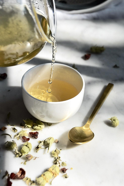 Eine Tasse Tee für mehr Achtsamkeit im Alltag