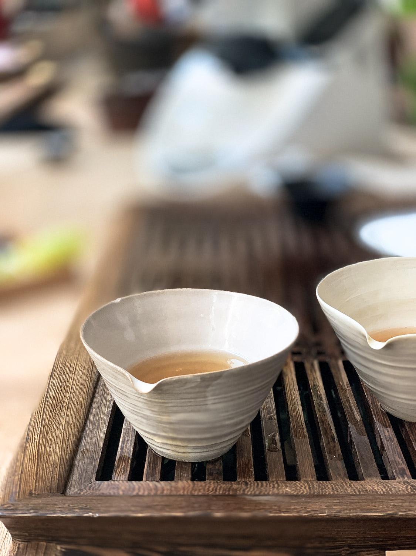 Tee in schönen Schalen serviert