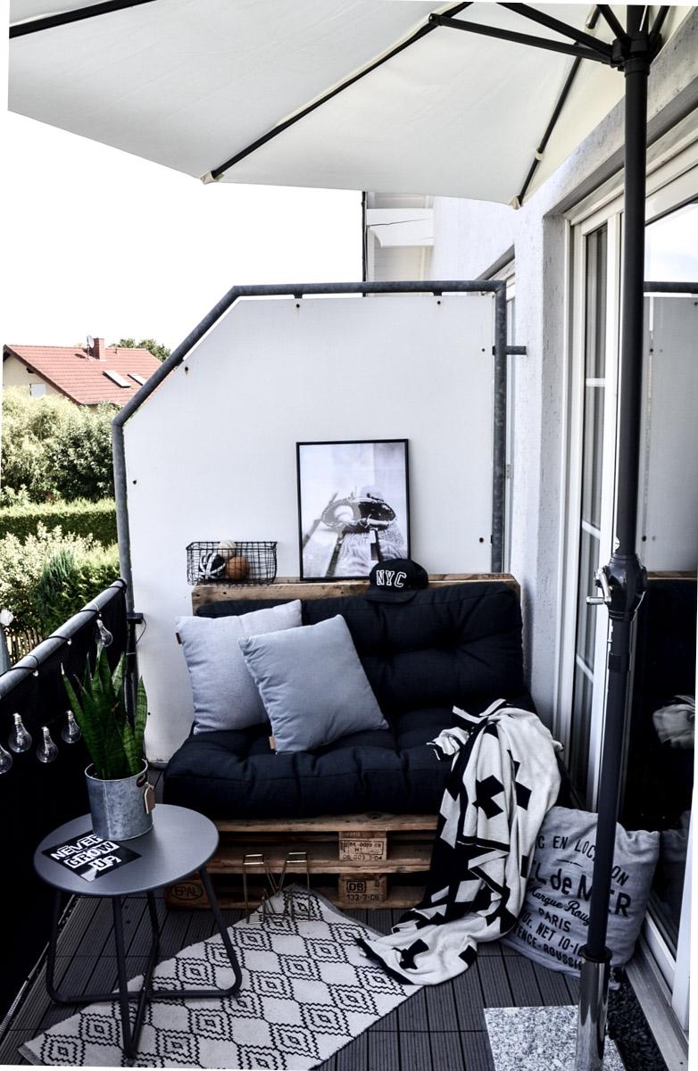 Pimp your balcony Loungesofa mit Sonnenschirm