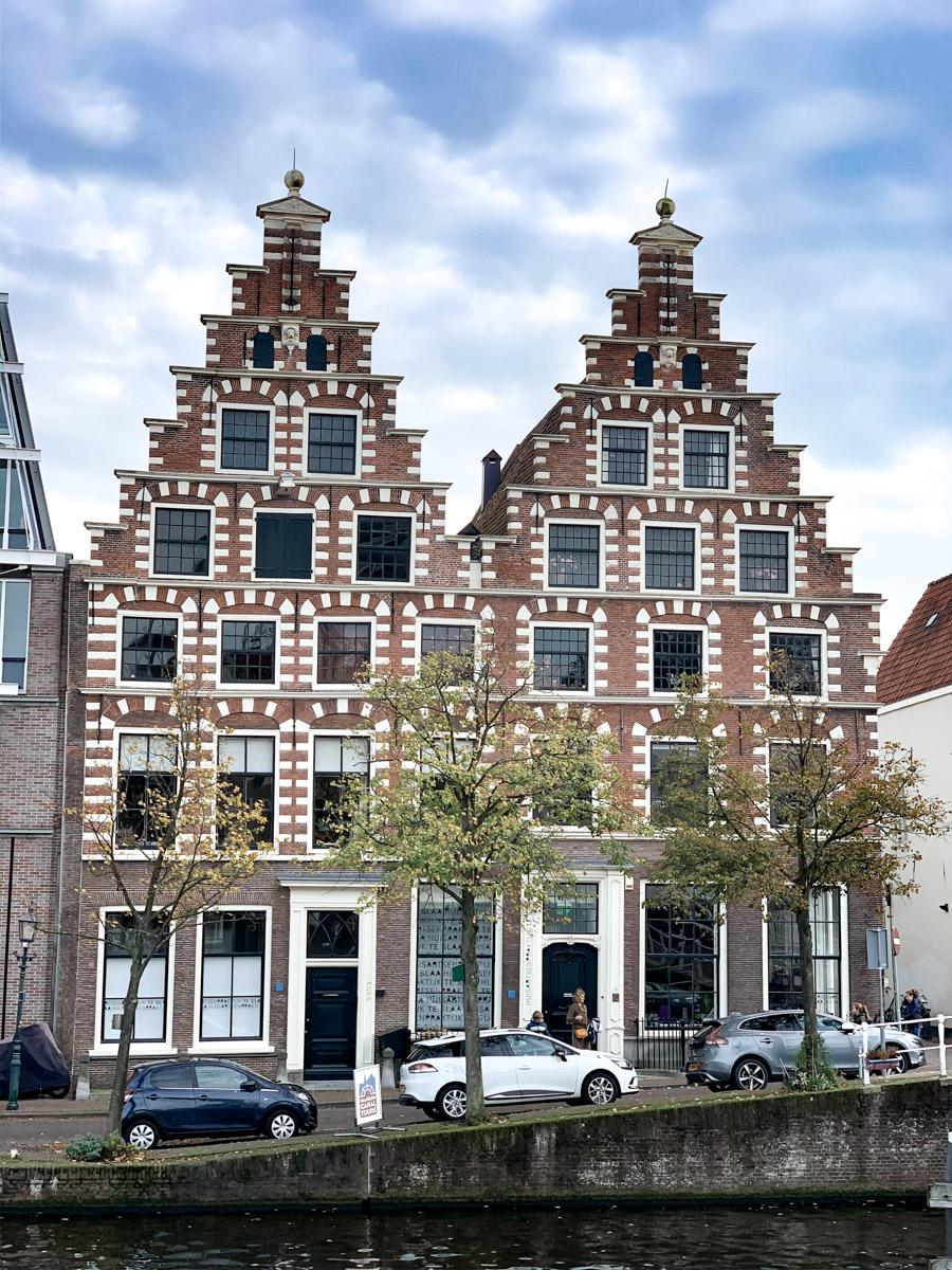 bezaubernde Grachtenhäuser in Haarlem