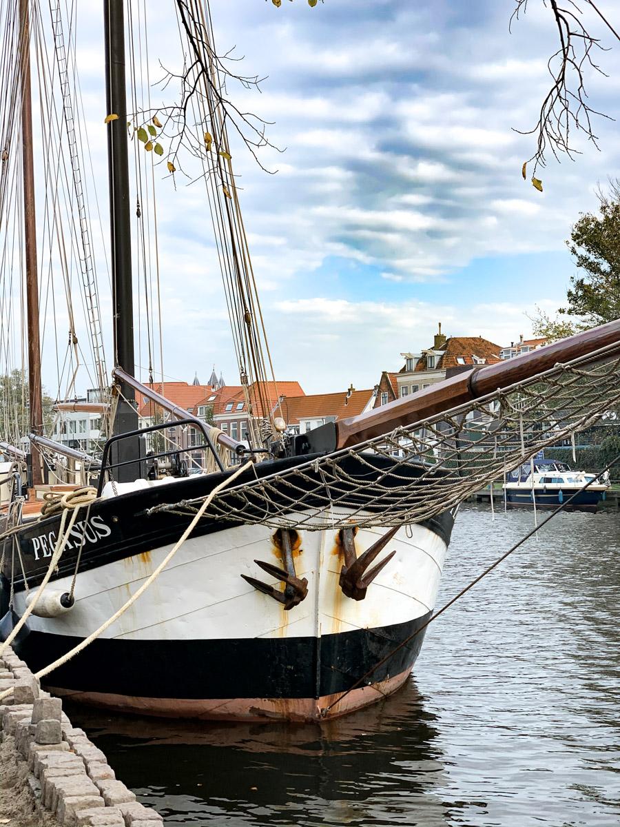 altes Segelboot in der Gracht von Haarlem