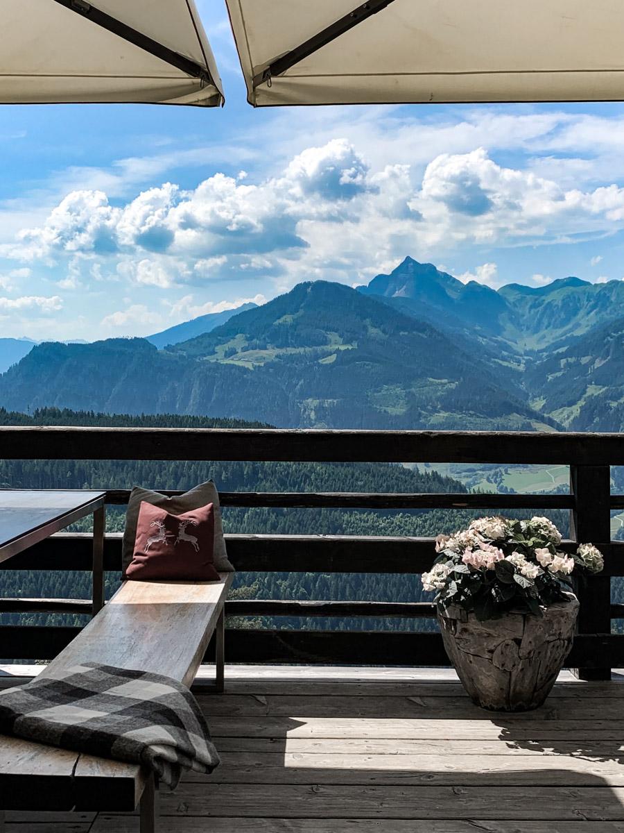 Urlaub ohne Kompromisse Frühstück mit Aussicht auf die Berge