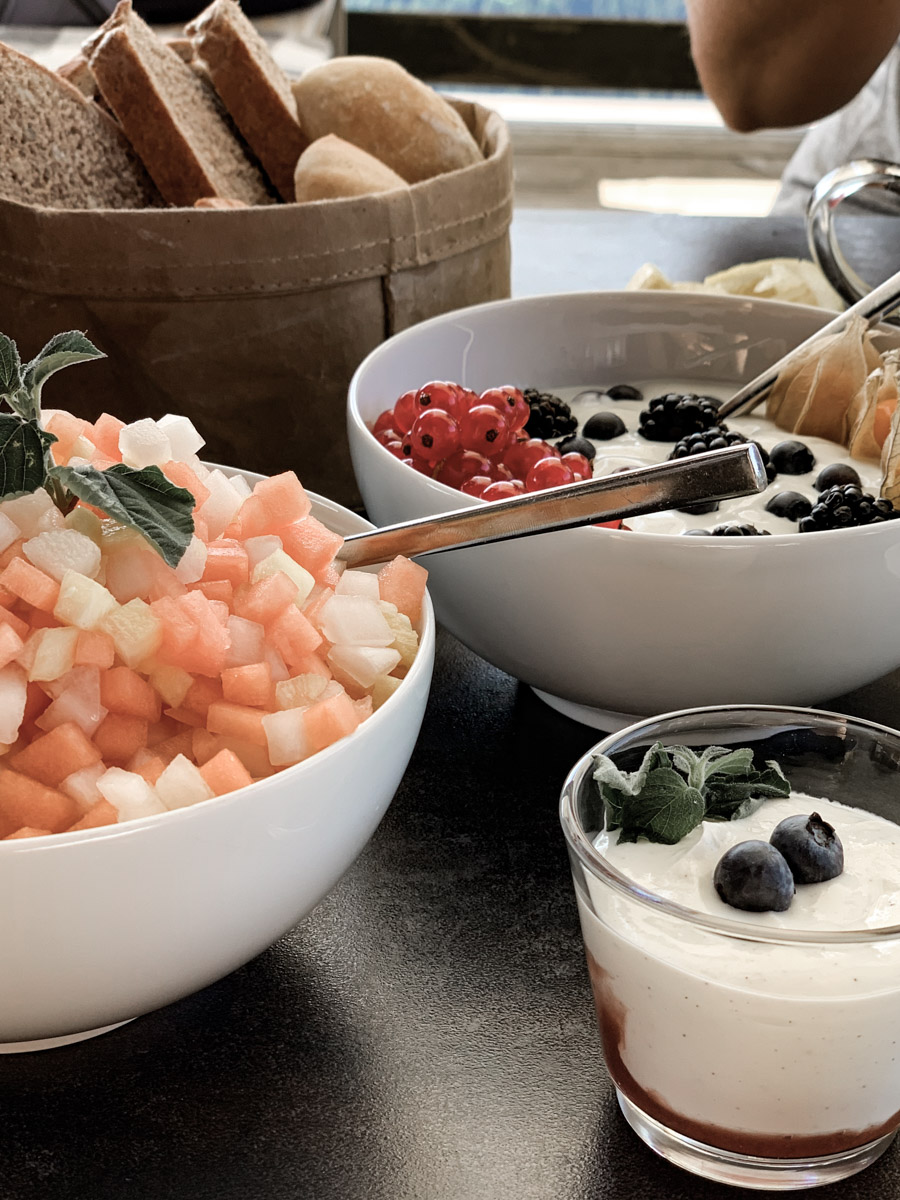 tolles Frühstücksbuffet Urlaub in Österreich Alpen