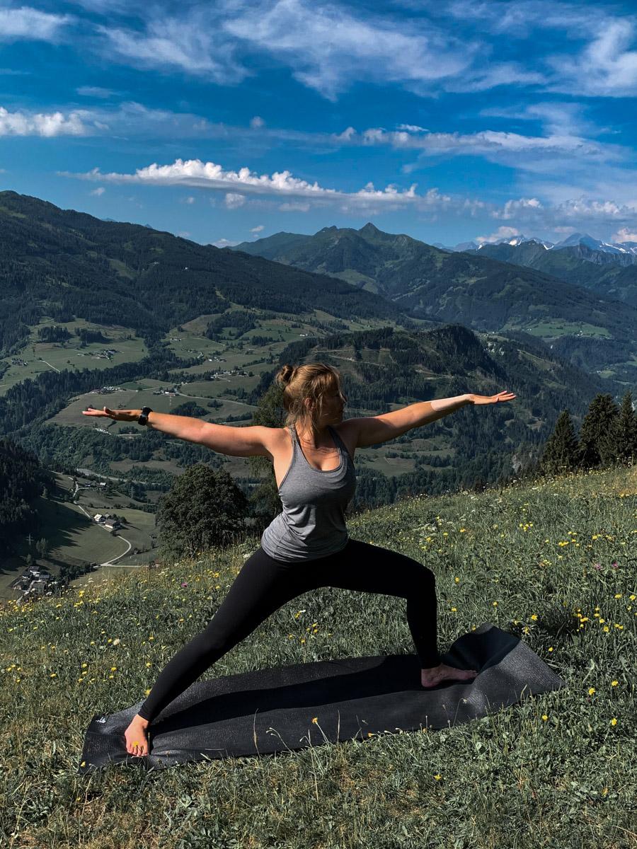 Yogalehrerin in Action vor Alpen-Kulisse Wellness in Österreich