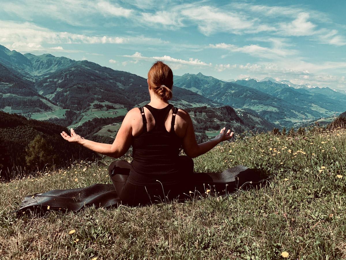 Wellnessurlaub in Österreich Alm-Yoga mit Aussicht auf die Berge