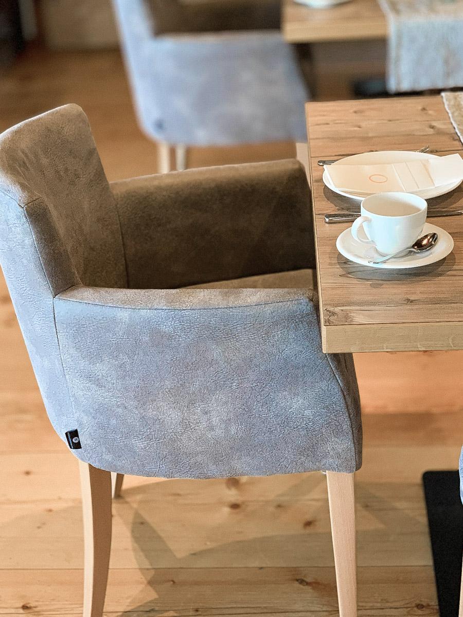 Wellnessurlaub in Österreich gemütliche Stühle beim Essen