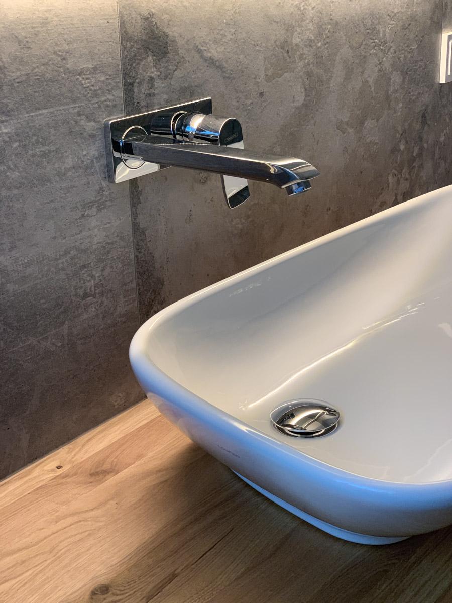 Waschbecken und Armatur im Hotelzimmer