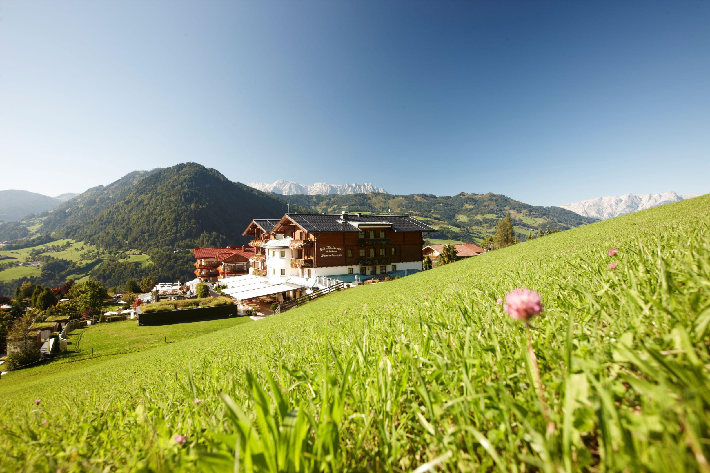 Sonnhof Alpendorf Wellnesshotel in Österreich Blick von oben