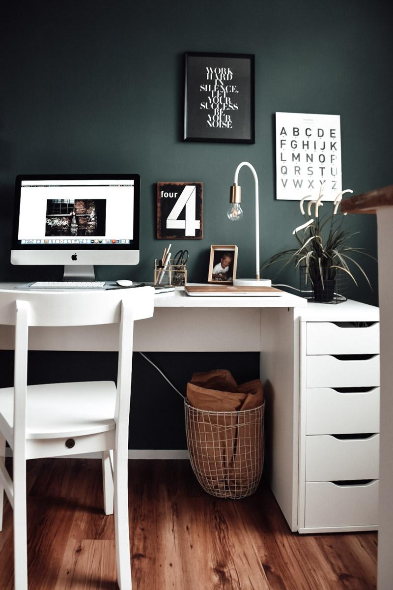 weißer Schreibtisch vor grüner Wand nach der Renovierung