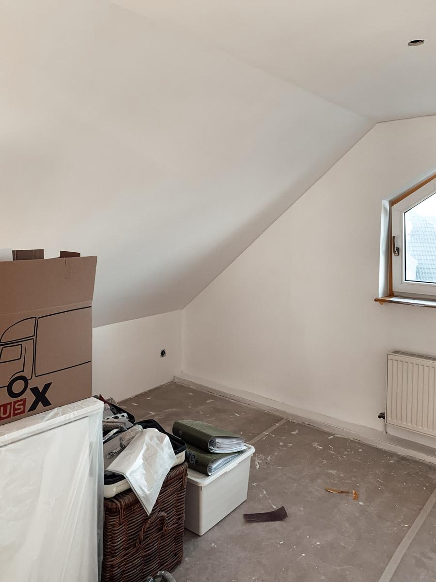 Büro Makeover Baustelle mit neuverputzten Wänden