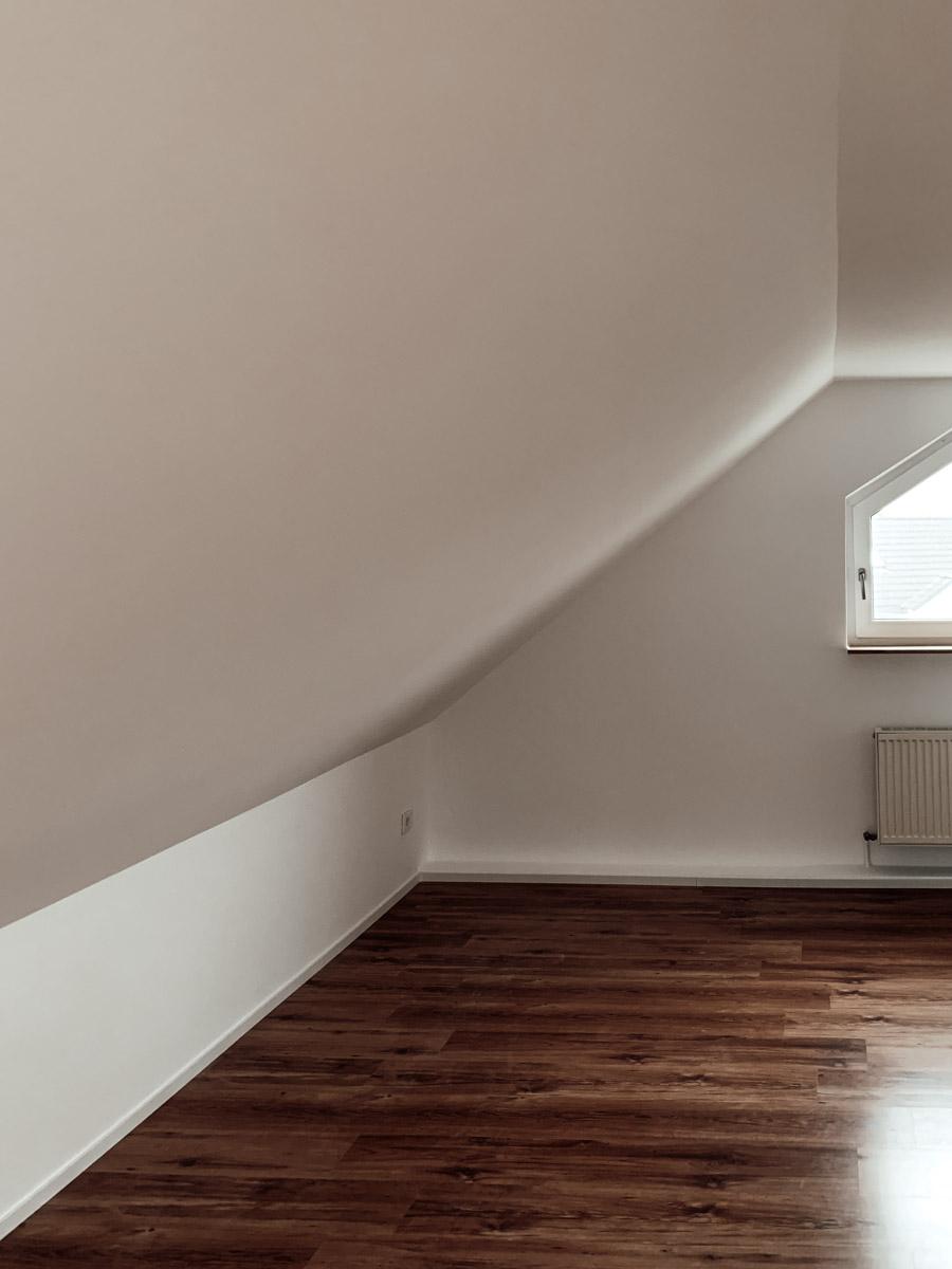 Büro mit neuen Fußleisten und verputzten Wänden