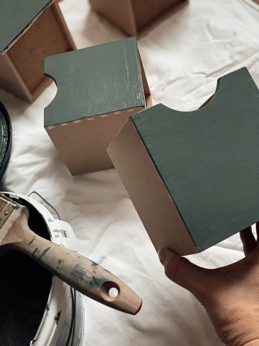 Holzbox in Wandfarbe gestrichen
