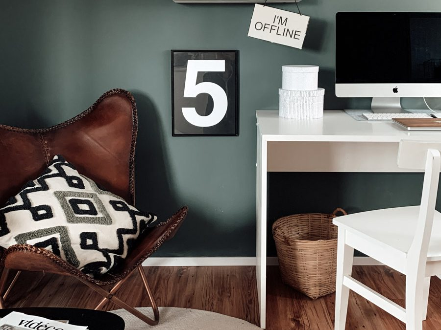 Büro Makeover mit grüner Wand