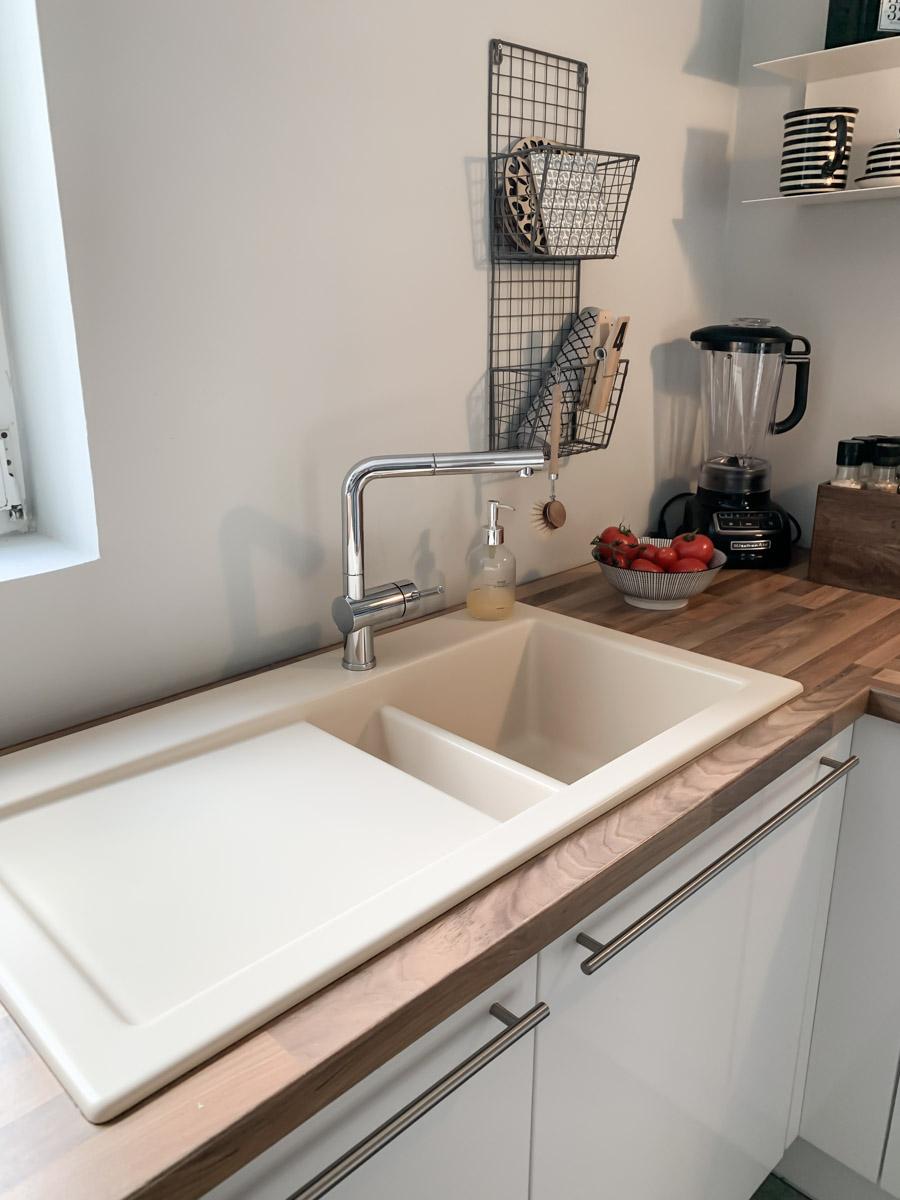 Küchen-Renovierung Vorher mit alter Arbeitsplatte und altem Spülbecken