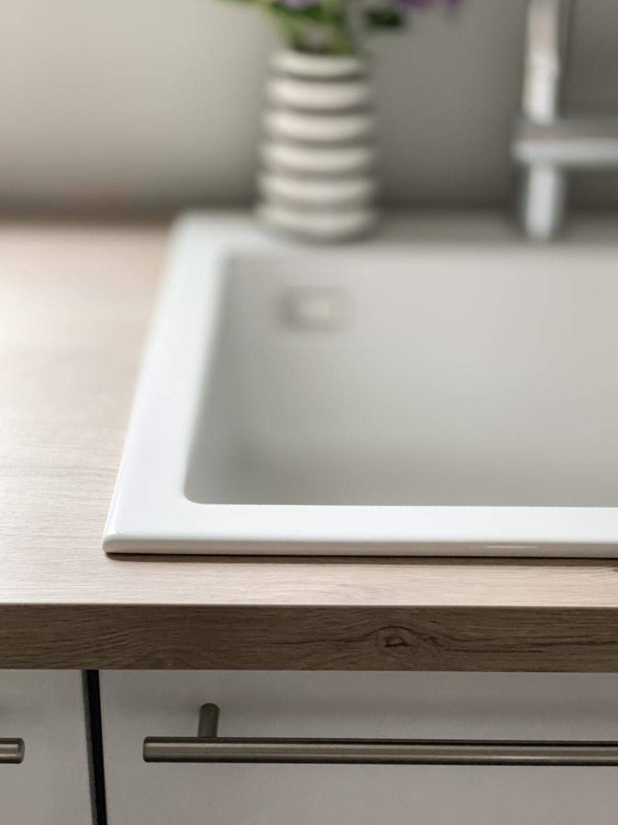 Küchen-Makeover mit neuem weißen Spülbecken