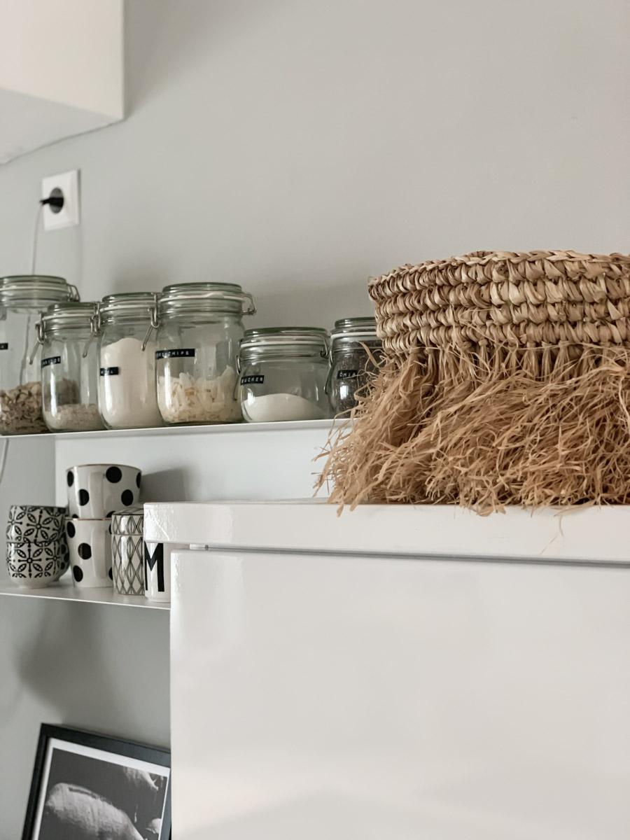Küchen-Renovierung Nahaufnahme der folierten Küchenschränke