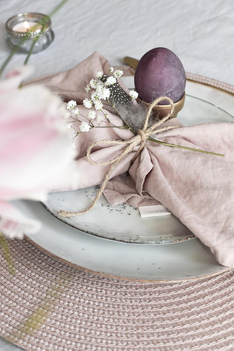 Ostertischdeko mit lila Eiern