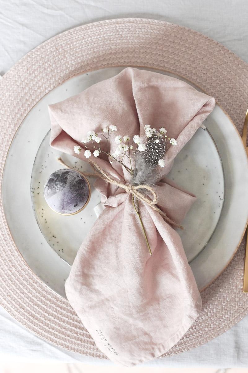 Ostertischdeko mit rose Leinenservietten