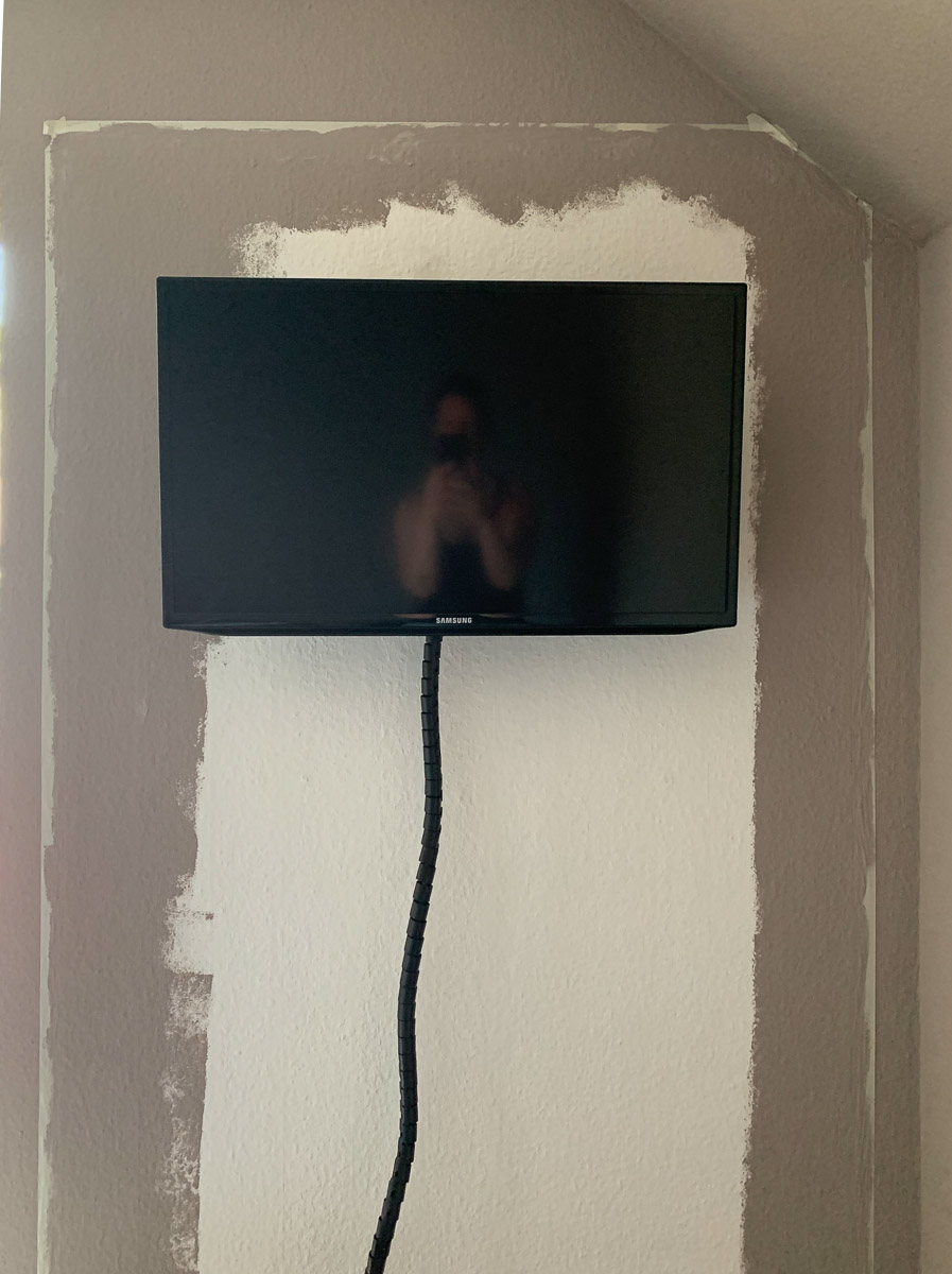 Schwarze Wand für den Fernseher beim Makeover