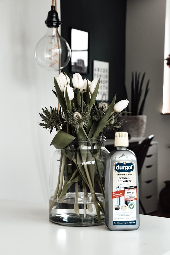 Frische Blumen in der gesäuberten Vase