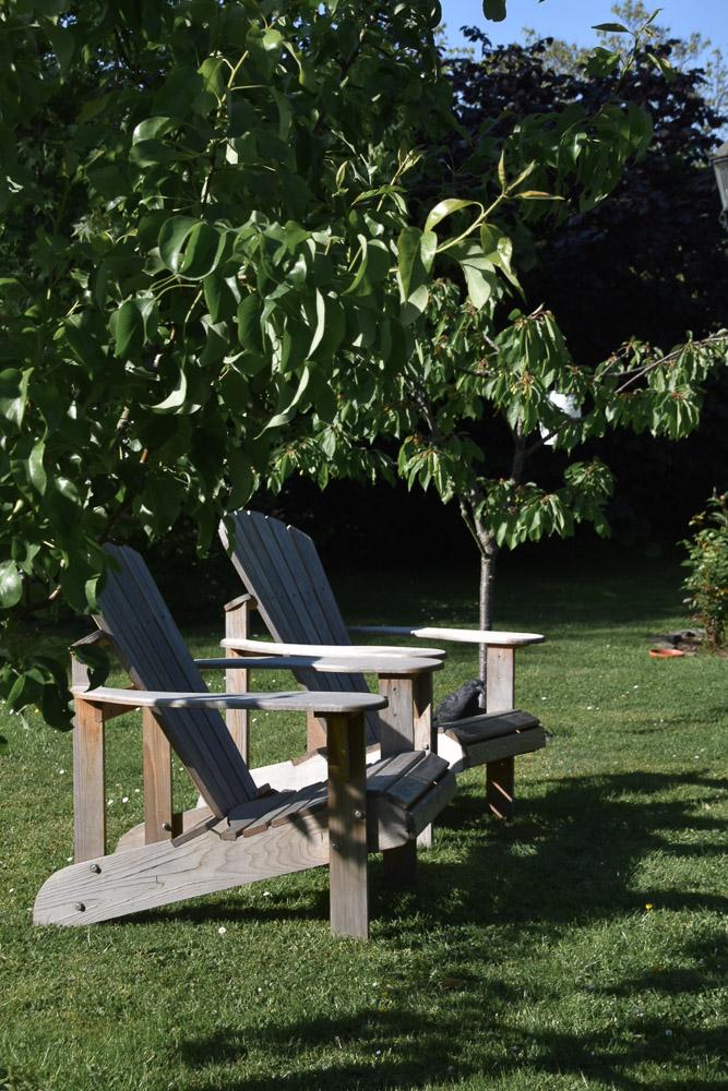 Deckchairs zwischen Obstbäumen im Garten