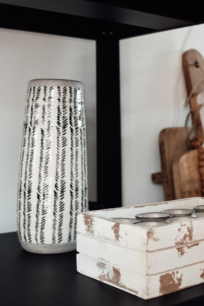 Vase verdeckt im Regal die Elektronik