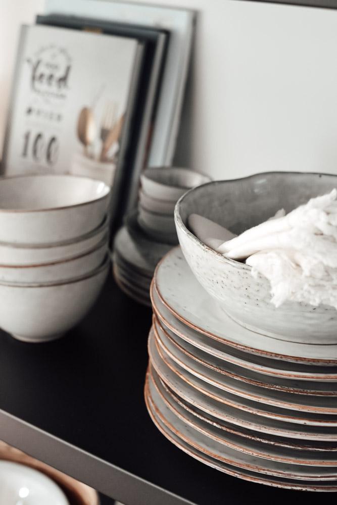 offene Regale mit schöner Keramik