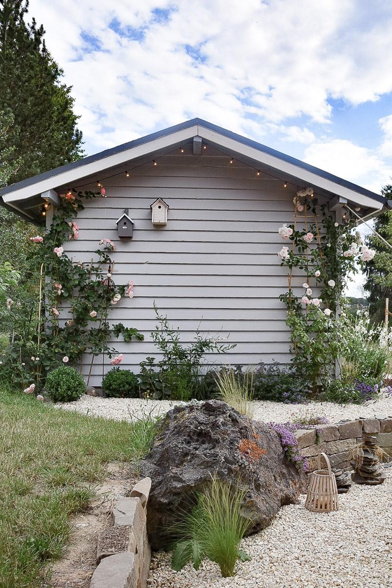 moderner Farmhaus-Stil mit Gartenhütte