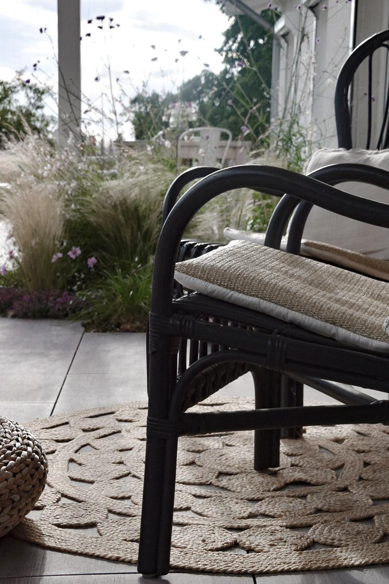 gemütlicher Stuhl mit Blick auf den Garten