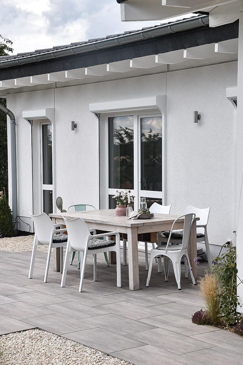 Mobiliar auf der Terrasse im naturnahen Garten