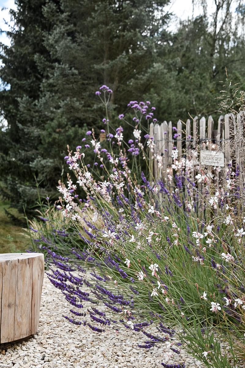 Staketenzaun im naturnahen Garten