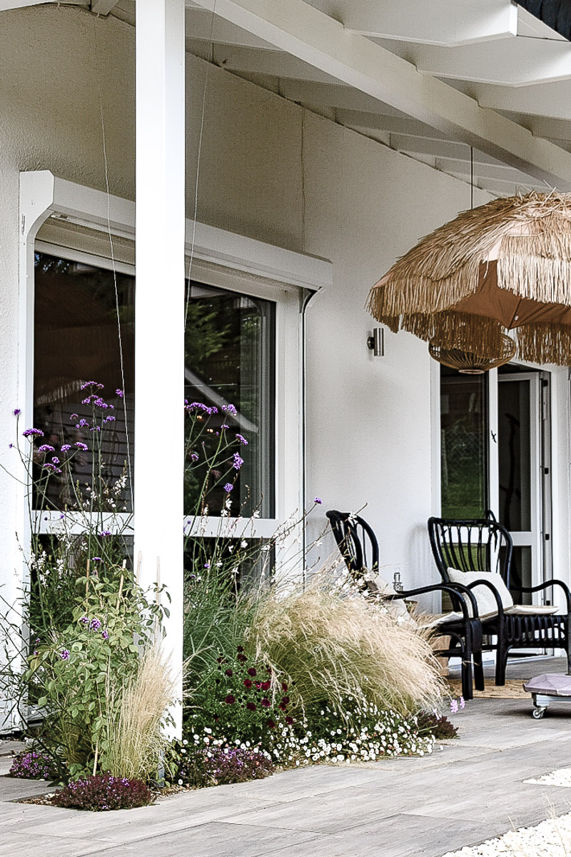 Terrasse mit Überdachung und integriertem Beet