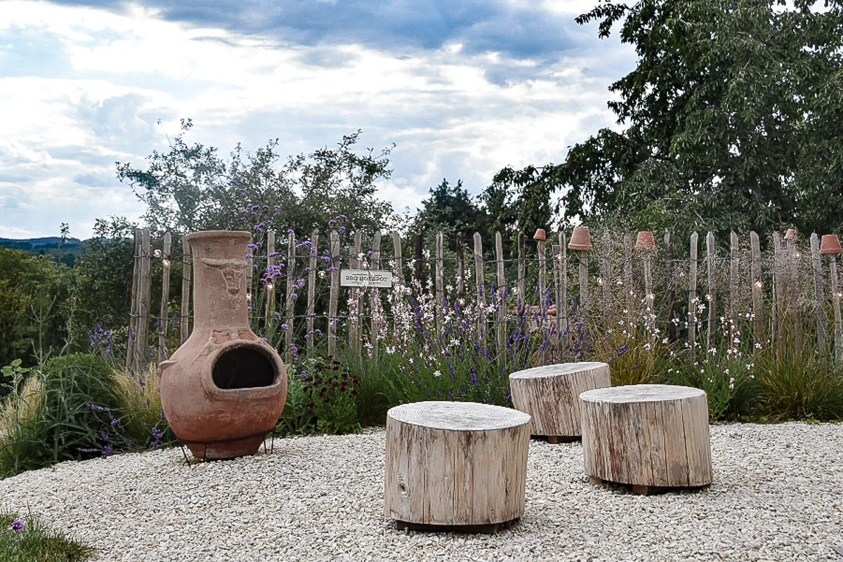 Naturnaher Garten mit Terrassenofen