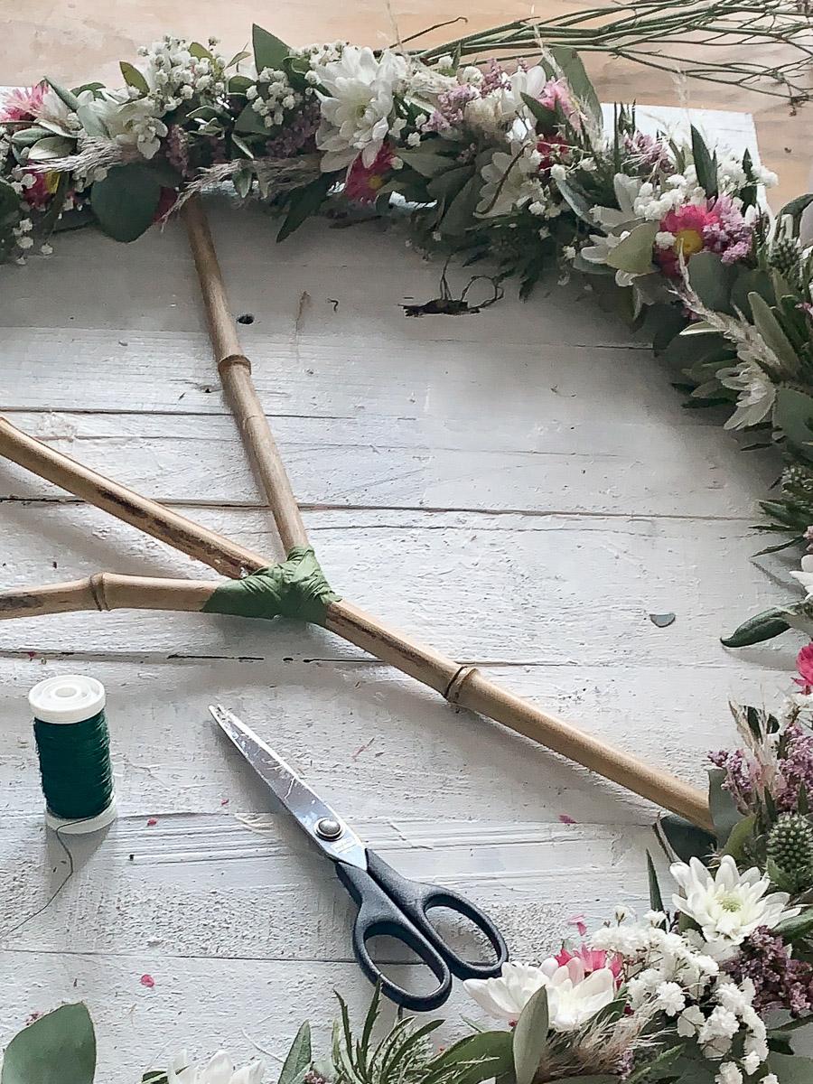 trendige Blumendekoration als Peace-Zeichen