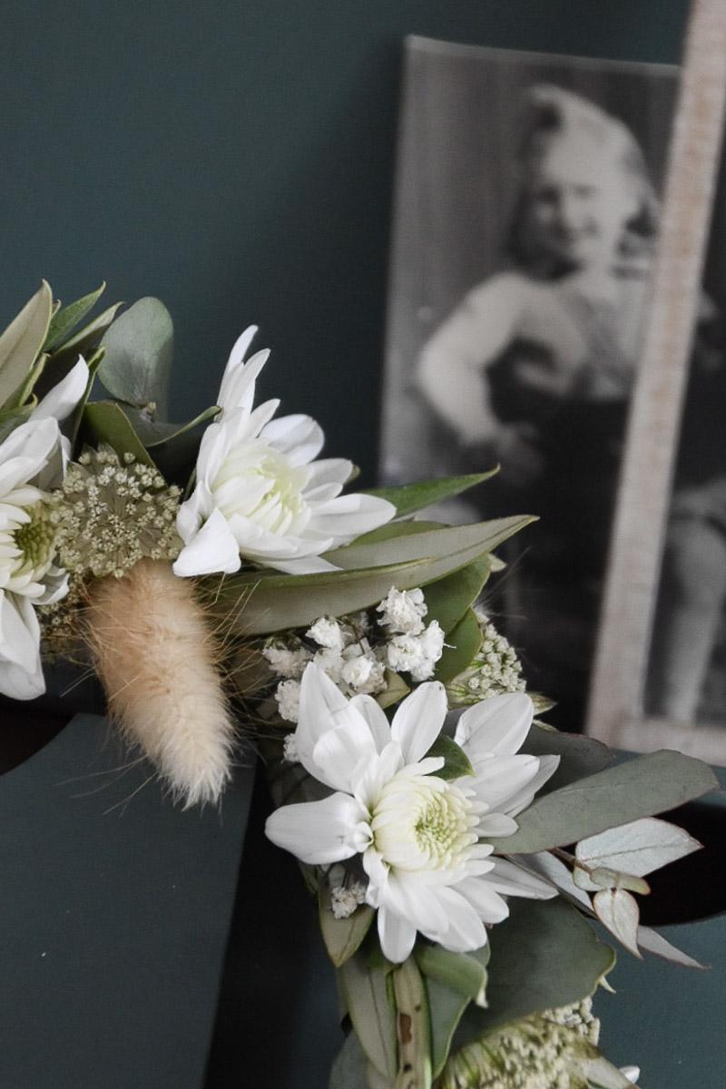 Türkranz aus Chrysanthemen und Eukalyptus