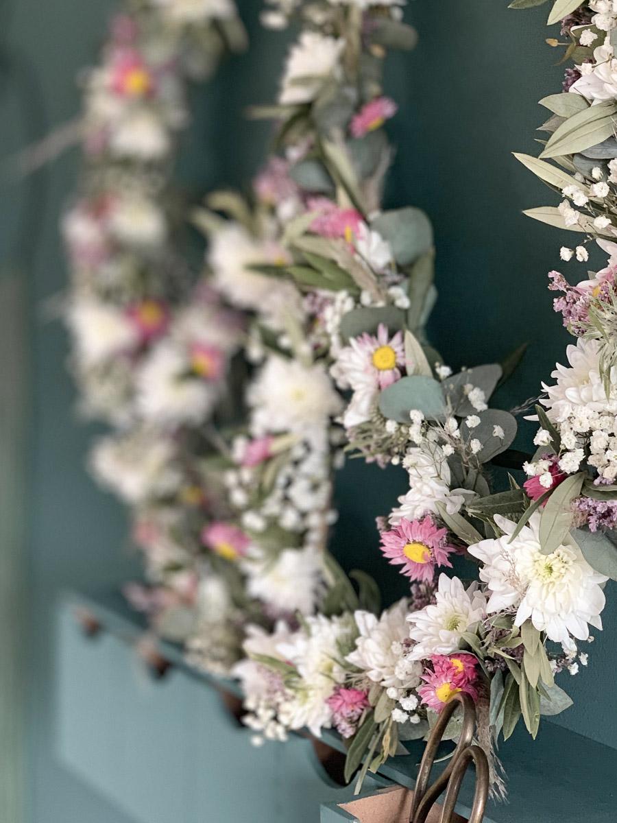 Blumendekoration mit der Spray-Chrysantheme Pina Colada