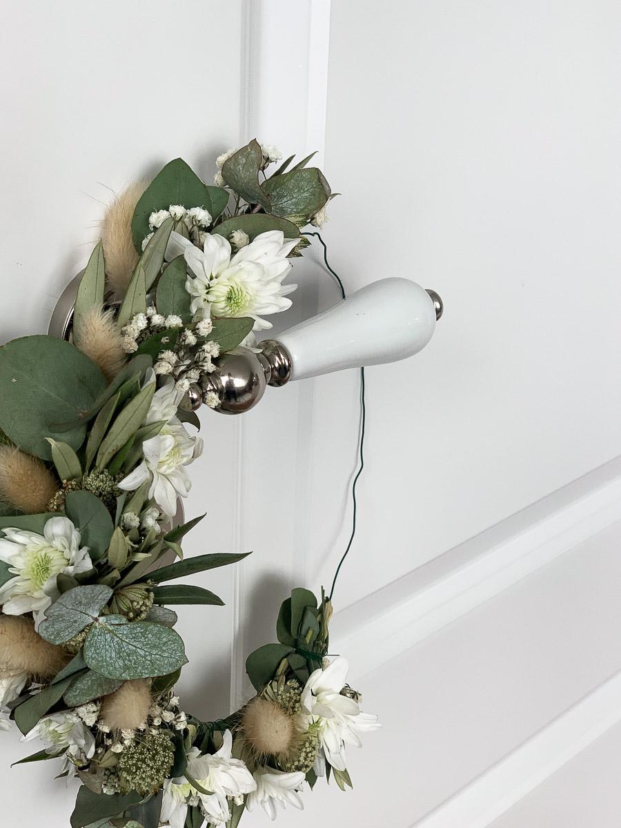 Blumendekoration als Türkranz
