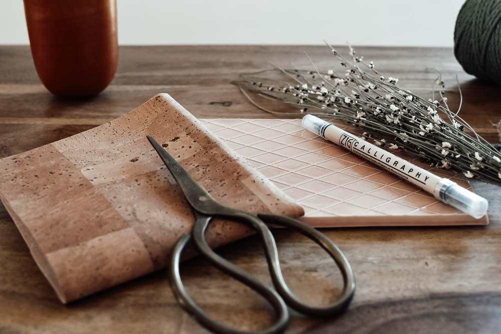 Korkstoff und Schere für ein DIY