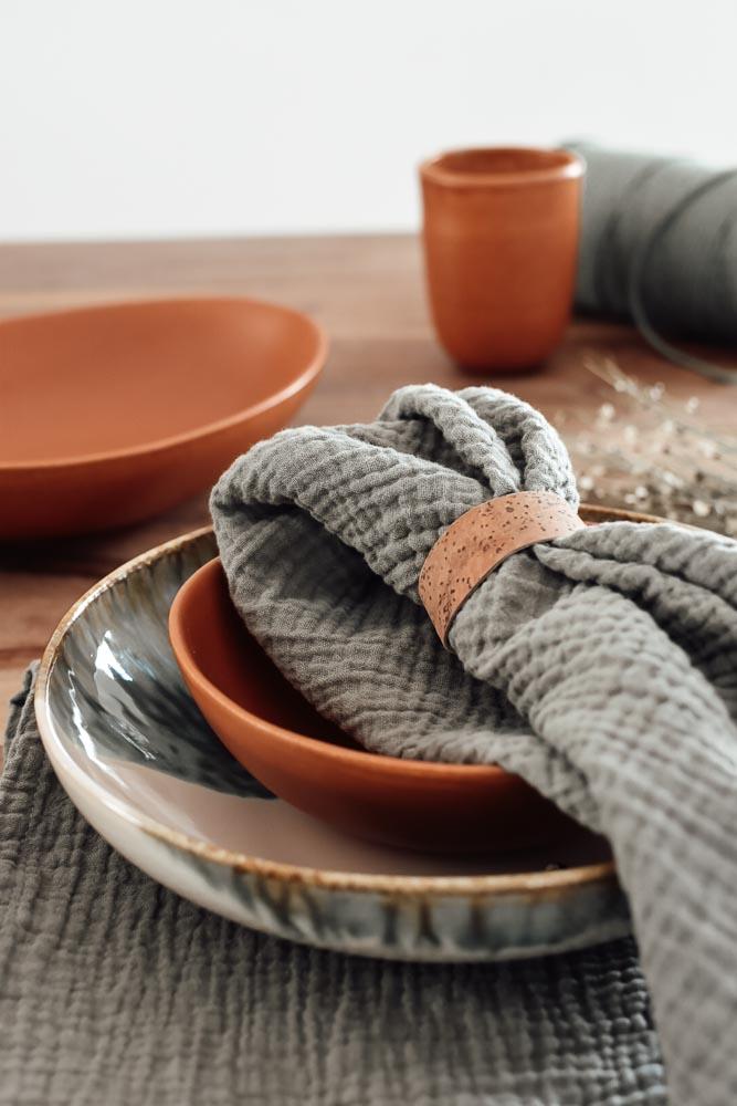gedeckter Tisch mit DIY Serviettenring aus veganem Korkstoff