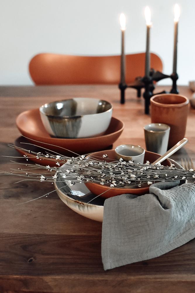 gedeckter Tisch in Amber und Grün