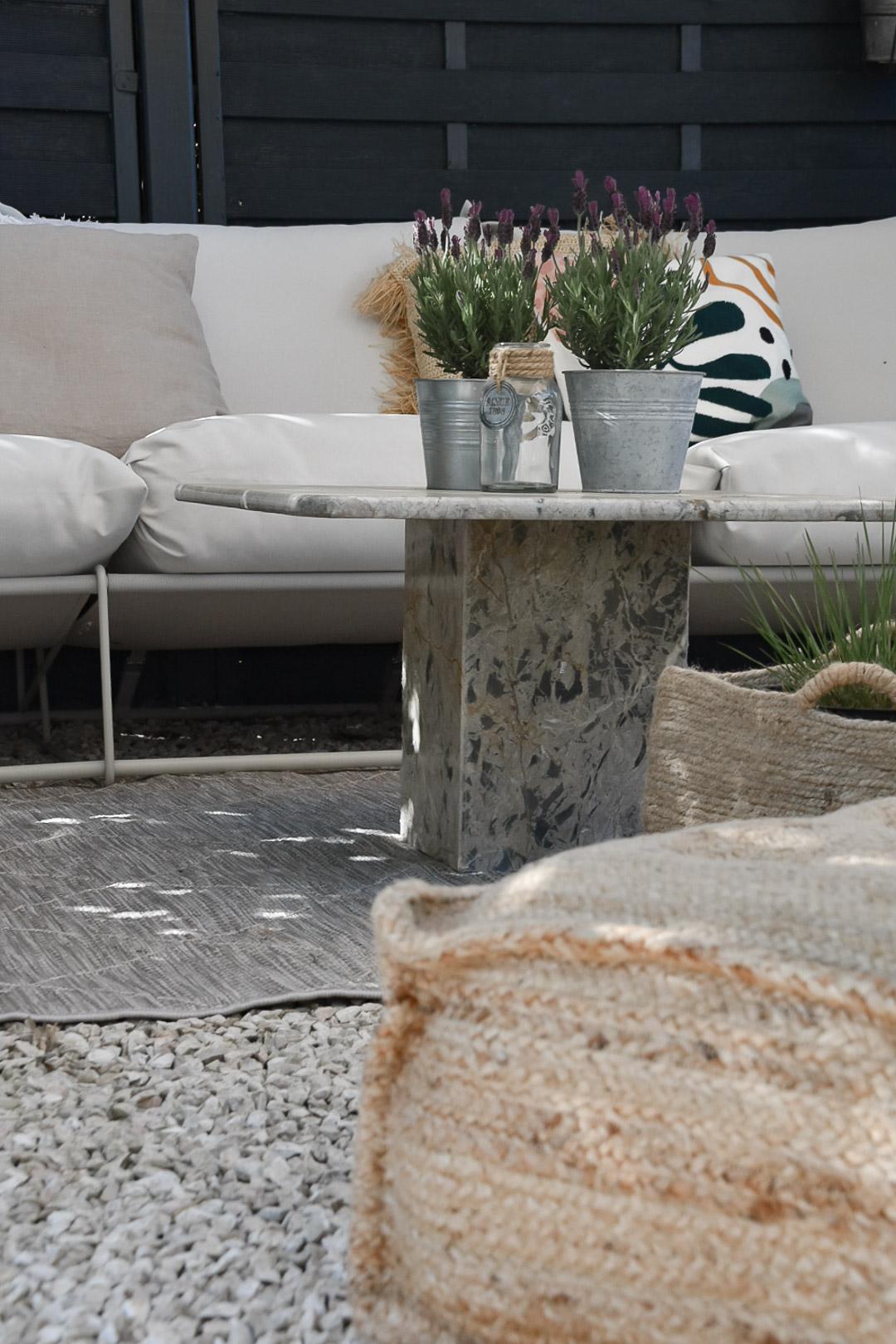 Outdoor-Wohnzimmer mit Deko und Pflanzen