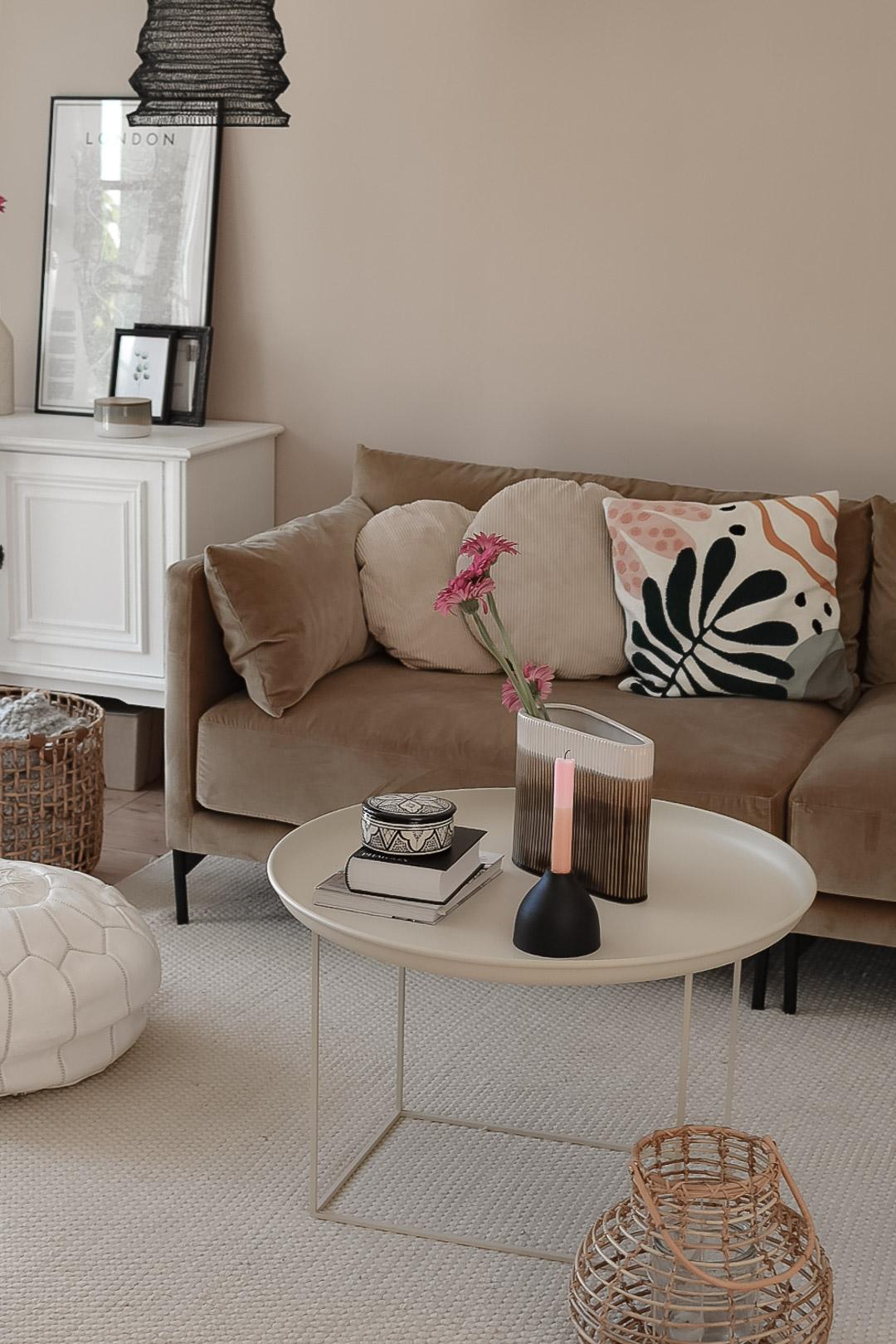 neues Sofa in umgestaltetem Wohnzimmer